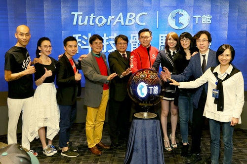 TutorABC董事長楊正大博士(中紅衣)打造全台最夢幻的科技體驗館_實體感受線