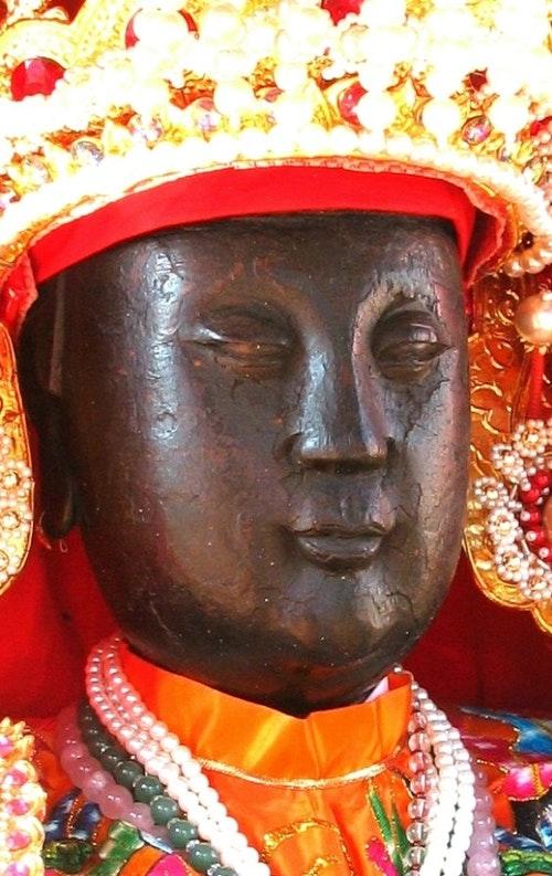 關渡二媽神像尚未整修以前,臉上留下了被日軍燒傷及砍傷的疤痕。2006