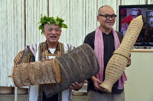 演出記者會上,邵族袁光河(左)與泰國學者THANOM分別分享兩地的魚籠與族群生命
