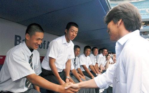 2006年8月29日,就讀駒澤大学附属苫小牧高中的17歲投手田中將大,在洋基球場與松井秀喜合照的歷史畫面(田中的左手邊是斎藤佑樹)。