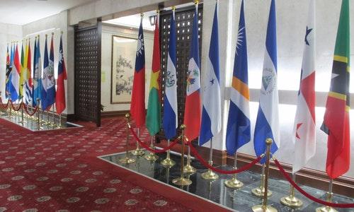 台灣外交部大廳展示的邦交國國旗