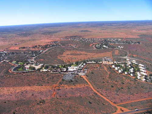 1200px-Yulara_from_helicopter_(August_20