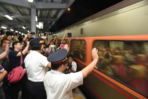 揮別高雄臨時站最後一班列車