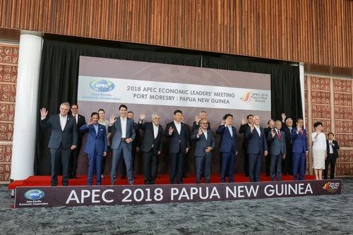 亞太經合會(APEC)領袖閉門會議18日舉行,各經濟體領袖在會前合照,APEC領袖代表張忠謀站在後排最右側,身邊是越南總理阮春福。(中華台北代表團提供)