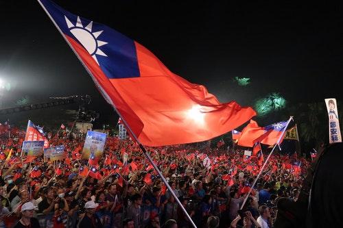 國民黨高雄市長候選人韓國瑜8日在旗山區舉行造勢晚會,白天時已有民眾陸續到場卡位,晚間熱情支持者更是擠滿會場,高喊「凍蒜」力挺韓國瑜。