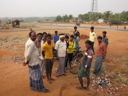 在印度單車旅行,被好奇的陌生人團團包圍是家常便飯。