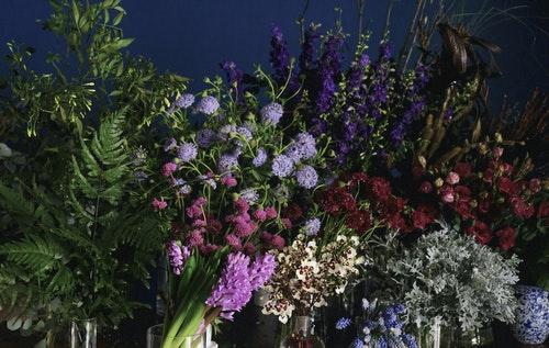 店舖內-木桌鮮花區