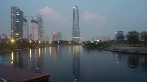Central_Park_Convensia_at_Night,_Songdo_