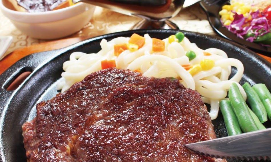 蘑菇醬、半熟蛋、鐵板上滋滋作響的厚切肉塊:正宗平民美食「台式牛排館」