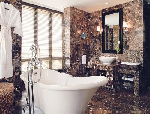 luxury-suite-bathroom-1530267670