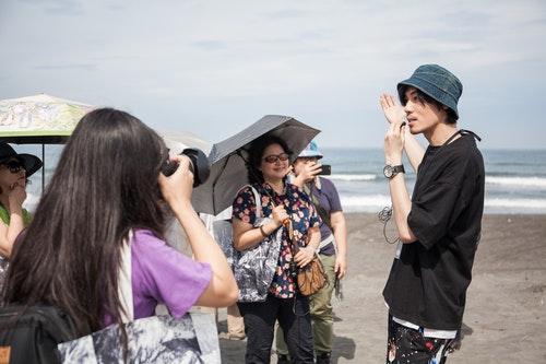 視覺藝術家安哲帶領導覽展館週邊自然生態