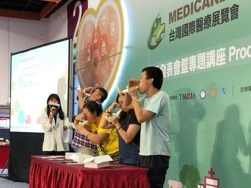 圖說:天樞健康資訊於台灣國際醫療展舉辦行動式肺量計檢測體驗活動