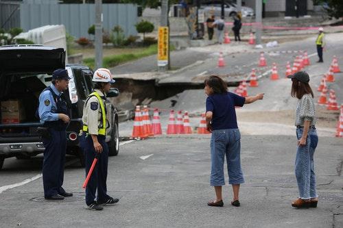 日本北海道6日凌晨觀測到最大震度7級強震,札幌市清田區土壤液化嚴重。