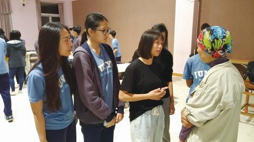 10-1學生在講座過後,向中國大陸公益人士寇女士詢問問題