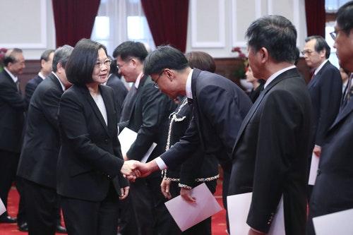 蔡總統與新任行政院閣員握手致意