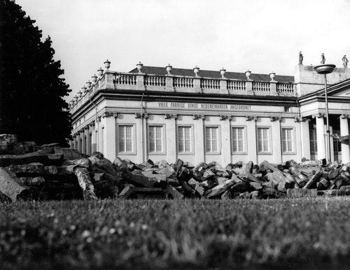1920px-Documenta_7_Beuys_Weiner_Frideric