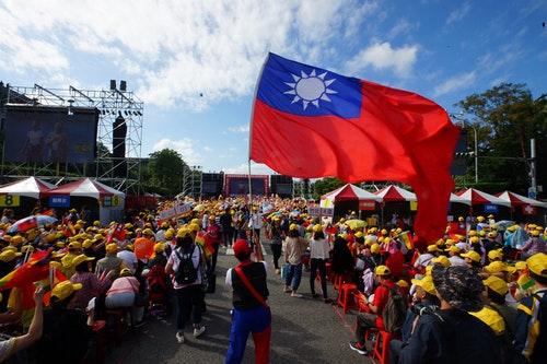 國會政黨聯盟黨慶 現場國旗飄揚