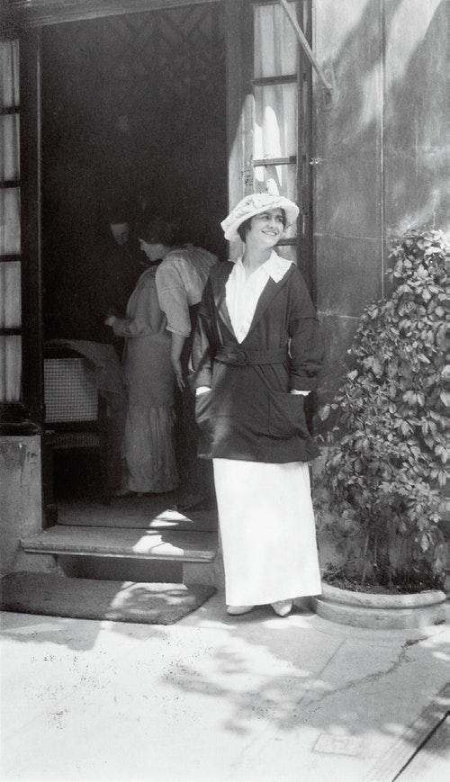 在她的多維爾精品店門口,1913年。