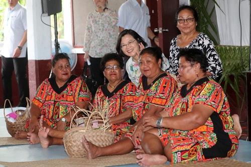 海洋民主之旅 蔡總統與帛琉婦女合影