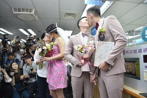 【圖1】亞洲第一對同志新人結婚登記相吻慶祝(由左至右:簡莉穎(LiYing_Ch