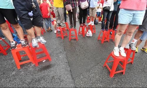 韓粉搬塑膠椅站高高 爭睹韓國瑜