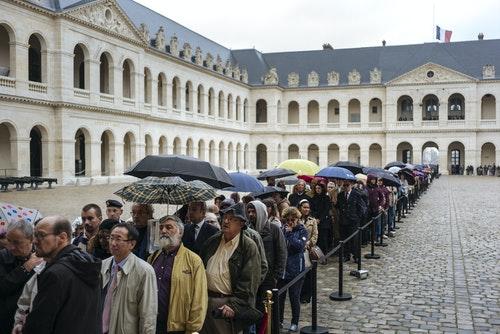 法國民眾排隊悼念前總統席哈克