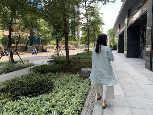 selina漫步在住處附近