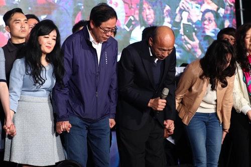 韓國瑜張善政向支持者鞠躬致意(2)