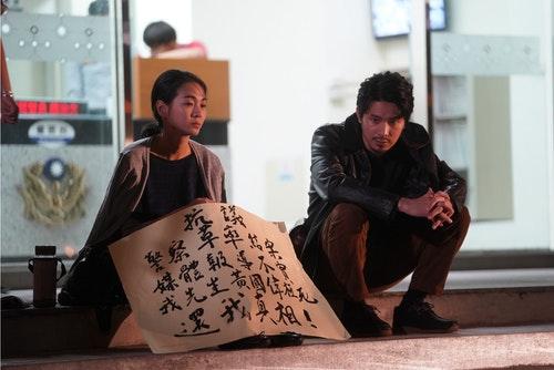 《鏡子森林》陳雪甄因警方疏忽調查先生死因而在警局門口抗議_民視提供