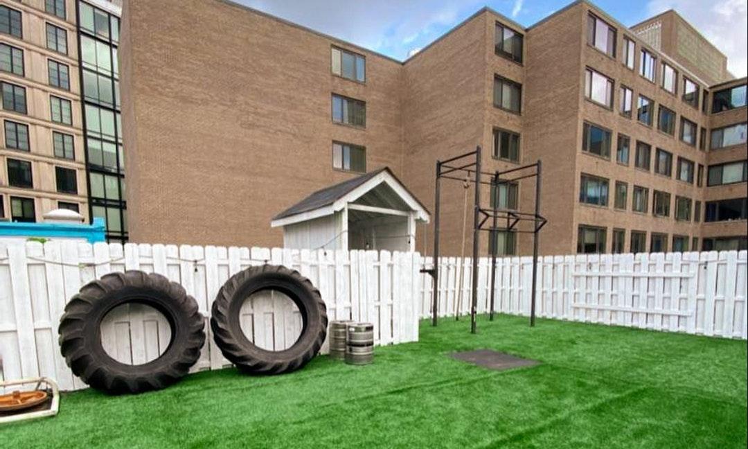 美國健身房推屋頂運動課程,收到來信:「我90歲的媽媽住你們對面,看你們鍛鍊給了她希望」