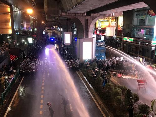泰國民眾曼谷鬧區抗爭 遭警方以水柱驅離