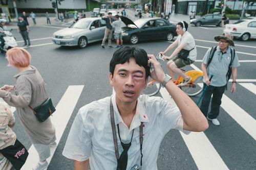 劉冠廷在《消失的情人節》中飾演唯一一個在靜止時空下可以活動的人