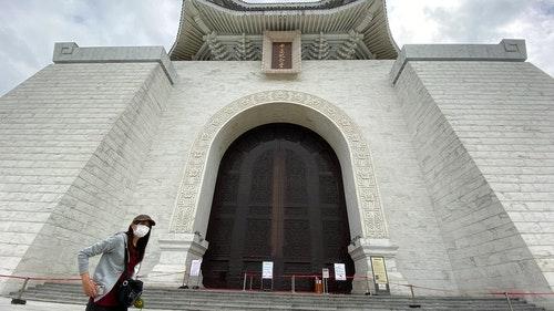 中正紀念堂閉館一天 民眾戴口罩遊園區