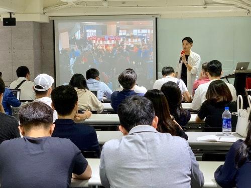 圖一、企業營運顧問楊智鈞經常受邀分享規劃快閃店實戰經驗