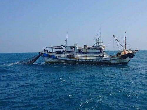 海巡署雲林外海查獲漁船違規拖網捕魚(2)