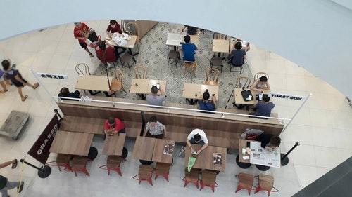 新加坡餐飲業者採間隔座位方式用餐
