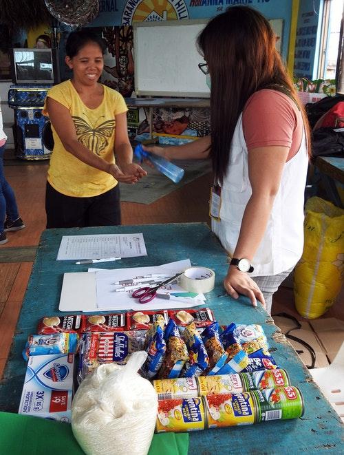 菲律賓家扶中心社工為民眾消毒