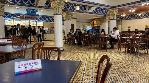 遊樂園落實安全社交距離 餐廳內用隔桌坐
