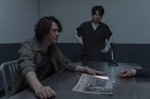 0502_王識賢(左)在Netflix《誰是被害者》飾演火爆刑警。(圖:Netf
