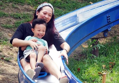 母親節晴朗炎熱 親子開心溜滑梯