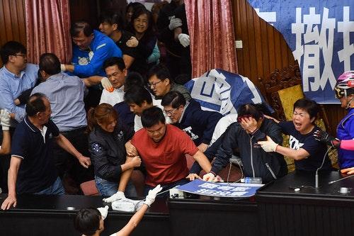立法院議場推擠衝突國民黨民進黨