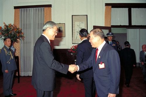 1990-郝柏村院長向李登輝總統致意-文化部國家文化資料庫-行政院新聞局