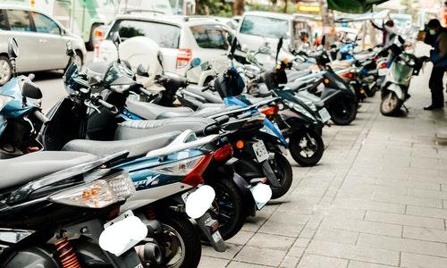 機車停車人行道摩托車
